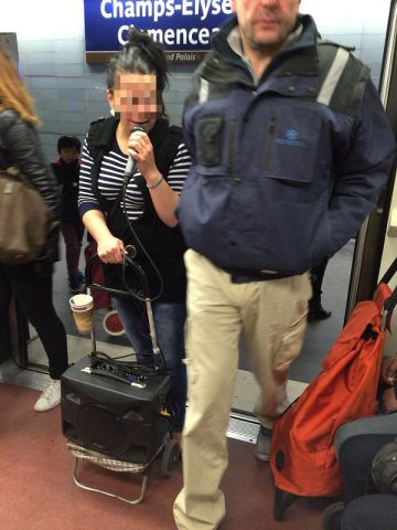 パリのメトロで歌う人を発見!