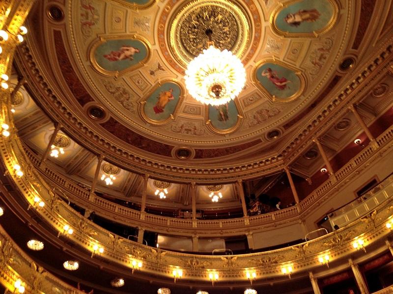 チェコ・プラハのオペラ座「国民劇場」で2箇所の座席を比較