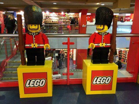 レゴのエリザベス女王が超リアル!ロンドンのおもちゃ屋TOYS HAMLEYS