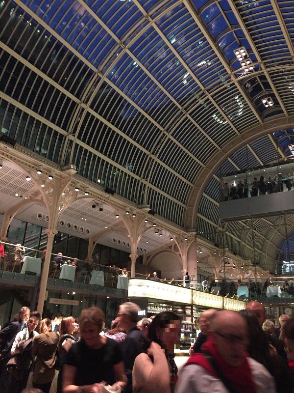 ロンドン「ロイヤルオペラハウス」の美しいホールで社交場を体験