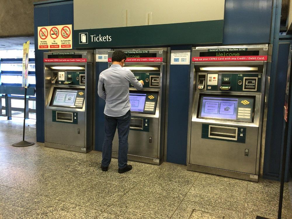 シンガポールMRTの券売機でez-linkカードをトップアップ。必要なチャージ額はどれくらい?
