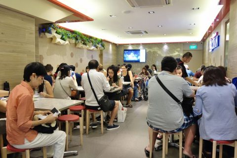Hawker-CHAN「香港油鶏飯・面」で席を確保