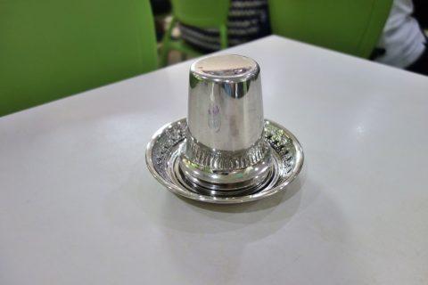 シンガポールKamala-RESTAURANTでテーブルのステンレスコップ