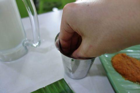 シンガポールKamala-RESTAURANTのコップで手をゆすぐ