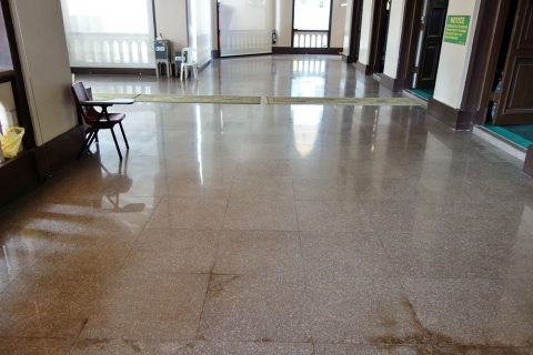 ハジャ・ファティマ・モスクの床はピカピカ