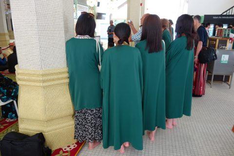 サルタン・モスクの緑一色の服