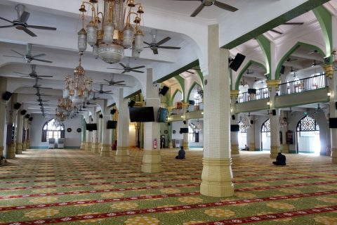 サルタン・モスクのとても広いホール礼拝堂