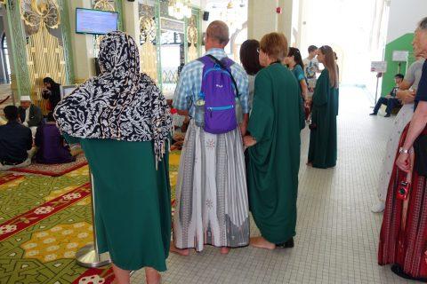 サルタン・モスクではハーフパンツもダメ