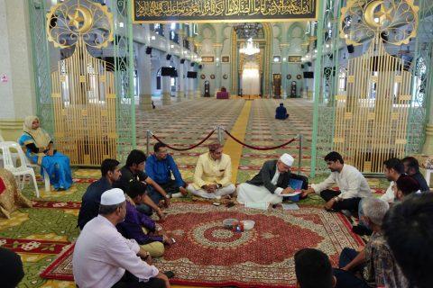 サルタン・モスクのホールを覗く
