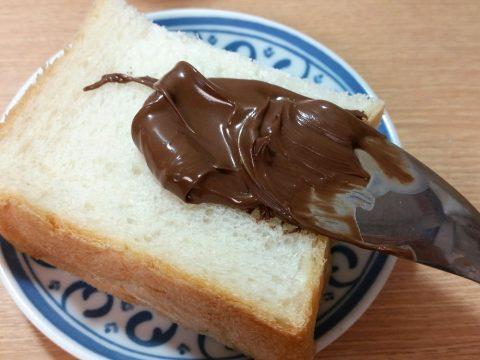 ヌテラ(Nutella)をパンに塗って食べる