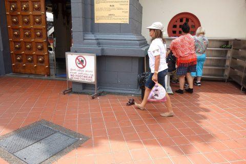 スリ・マリアマン寺院(シンガポール)の入口付近