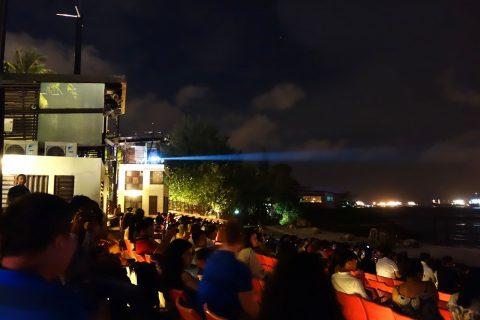 ウィングス・オブ・タイム‐プレミアムシートで見るパネルに映る映像