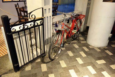 鳳凰餅家の外に置かれた自転車