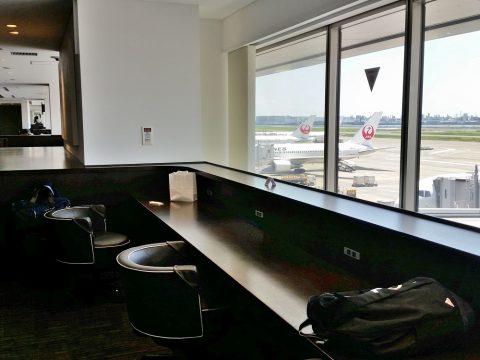 サクララウンジで飛行機が見える窓側の席