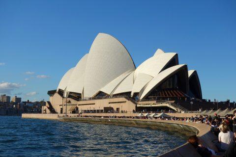 シドニーオペラハウスを遠くから見る