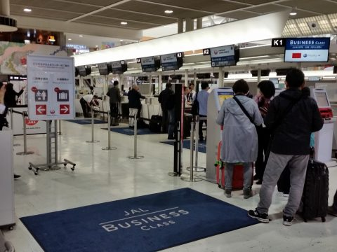 成田空港JALビジネスクラスチェックインカウンター