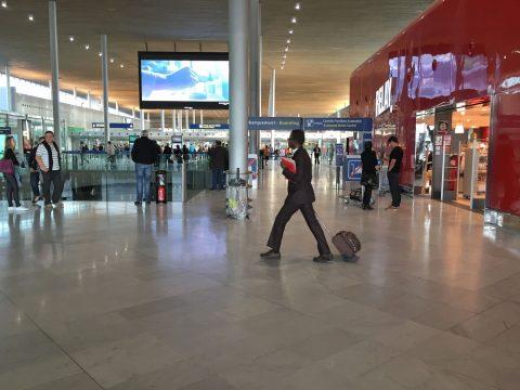 パリの空港ターミナル