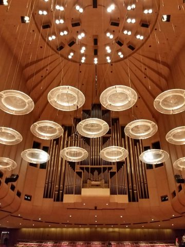 シドニーオペラハウスの天井を見上げる