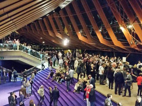 シドニーオペラハウスのホワイエの社交場
