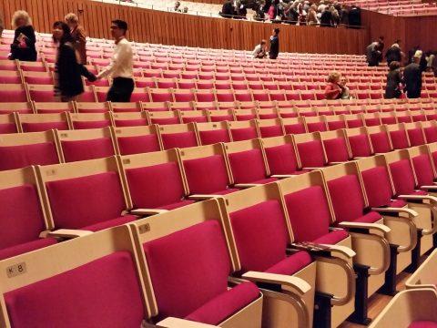 シドニーオペラハウスの座席は木目調