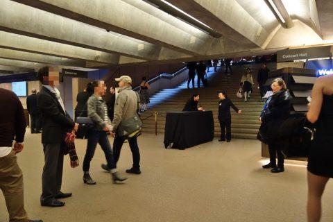 シドニーオペラハウスの入口から入場