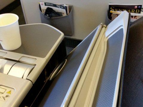 JAL国際線機材クラスJビジネスクラスシートのメインテーブル