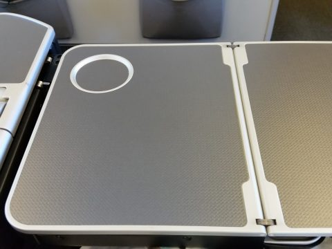JAL国際線機材クラスJビジネスクラスシートの二つ折りのテーブル