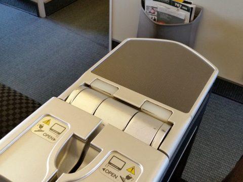 JAL国際線機材クラスJビジネスクラスシートSKYRECLINERのカクテルテーブル