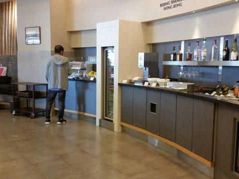 アメリカン航空ラウンジADMIRALSClubのビュッフェコーナー・成田空港