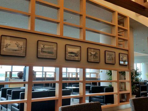 成田空港アメリカン航空ラウンジの木の内装