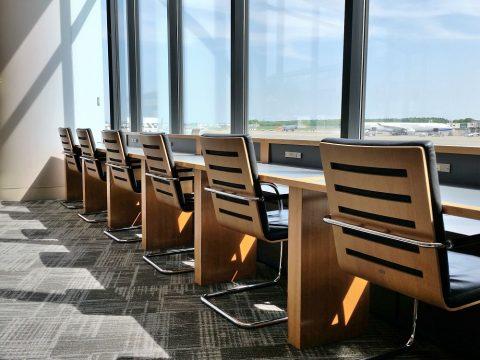 アメリカン航空ラウンジの窓際の席