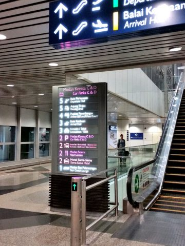 クアラルンプール国際空港エスカレーター