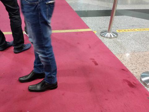 クアラルンプール国際空港の出国審査場VIPレーンの赤絨毯