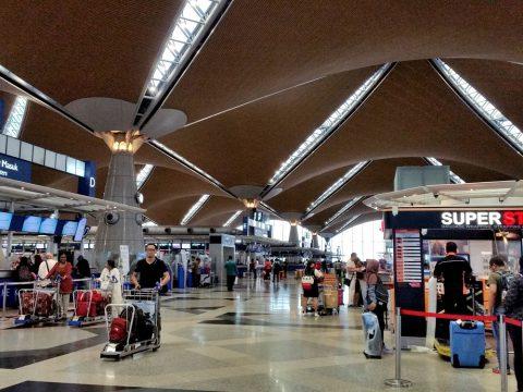クアラルンプール国際空港の出発ロビー