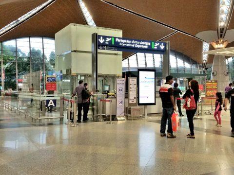 クアラルンプール国際空港の出国審査場入口