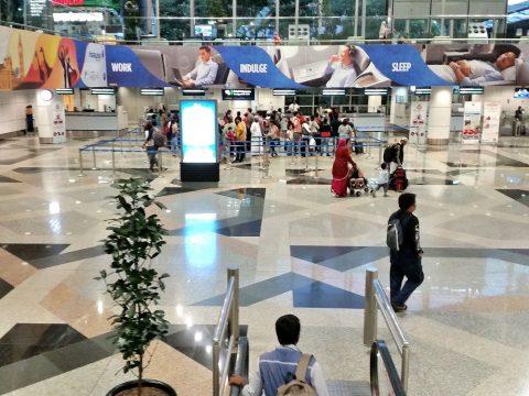 クアラルンプール国際空港の出国審査場の行列
