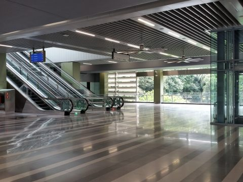 MRT-Sungai Buloh駅の構内とエスカレーターとエレベーター