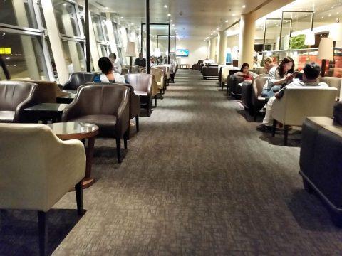 マレーシア航空ゴールデンラウンジサテライトの窓側席