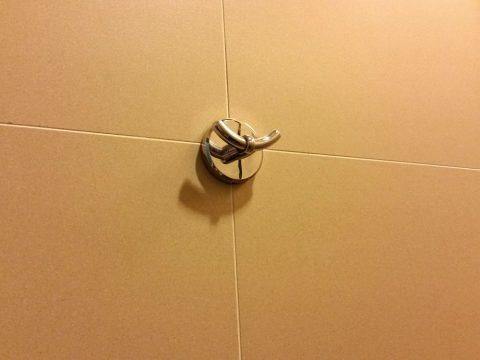 KL国際空港ゴールデンラウンジサテライトのシャワールームの荷物フック