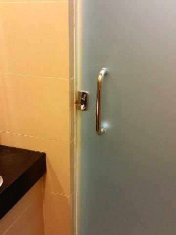 KL国際空港ゴールデンラウンジサテライトのシャワーのドアの鍵