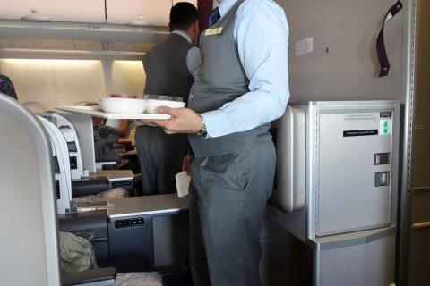 マレーシア航空A330ビジネスクラスの男性チーフ