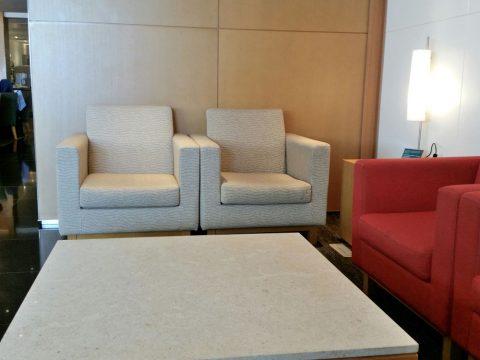 成田空港「キャセイパシフィック」ラウンジのソファー