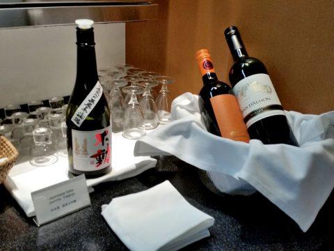 成田空港「キャセイパシフィック」ラウンジの日本酒とワイン