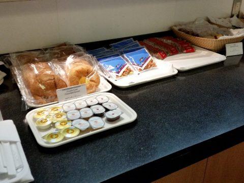 成田空港「キャセイパシフィック」ラウンジのパンはコンビニレベル