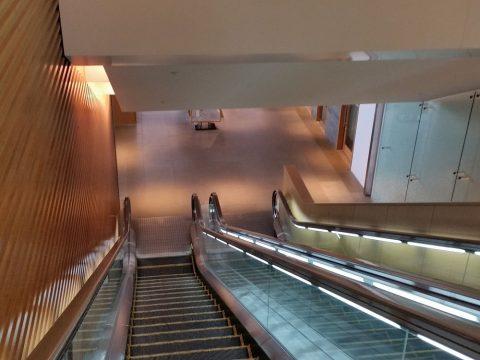 成田空港国際線サクララウンジ本館3Fのエスカレーター