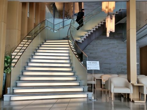 成田空港国際線サクララウンジ本館3Fダイニングへの階段