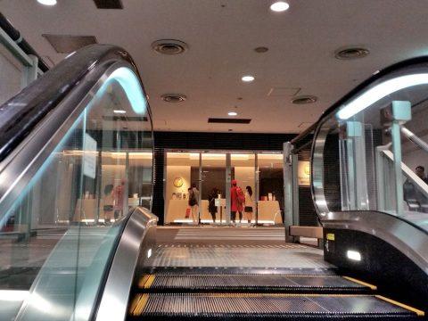 成田空港本館4Fサクララウンジへのエスカレーター