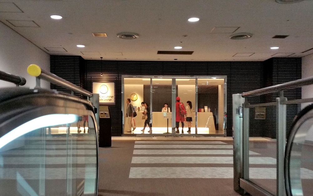 成田空港本館4Fサクララウンジの狭さに唖然…