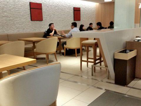 成田空港本館4Fサクララウンジのダイニングエリア