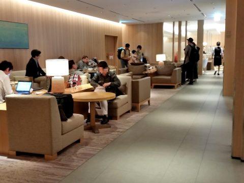 成田空港本館4Fサクララウンジの狭さ